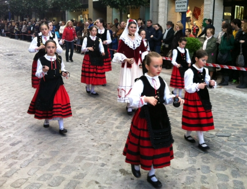 027 niñas con sus trajes regionales